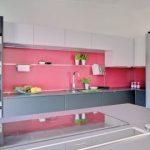 Pinkki-valkoinen keittiö ja valkoinen Festivo
