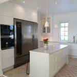 Valkoisessa keittiössä Festivon kylmiöpakastin ja viinikaappi