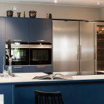 Sinisessä keittiössä Festivon rosterinen kylmiö, pakastin ja viinikaappi