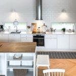 Kaunis valkoinen keittiö, jossa valkoinen kylmälaite
