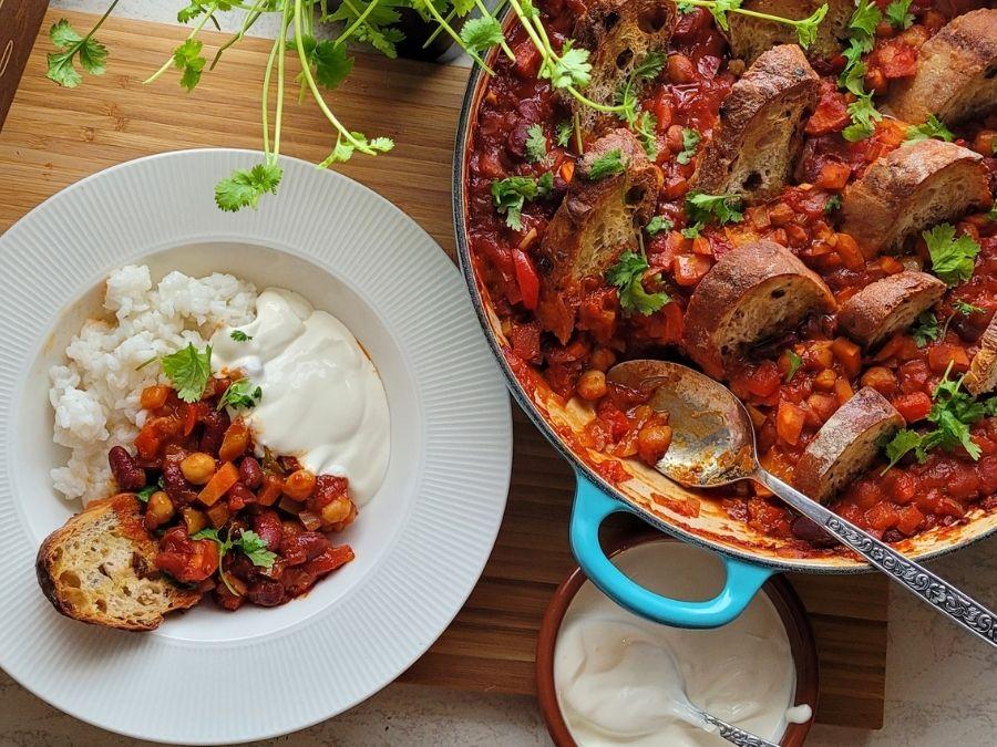 Tarjoile chili sin carne yhdessä riisin ja ranskankerman kera.