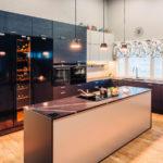 AINA-keittiössä musta Festivon kylmiö, pakastin ja viinikaappi