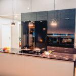 AINA-keittiössä Festivon musta kylmiö, pakastin ja viinikaappi