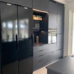 Mustassa keittiössä Festivon iso jääkaappipakastin